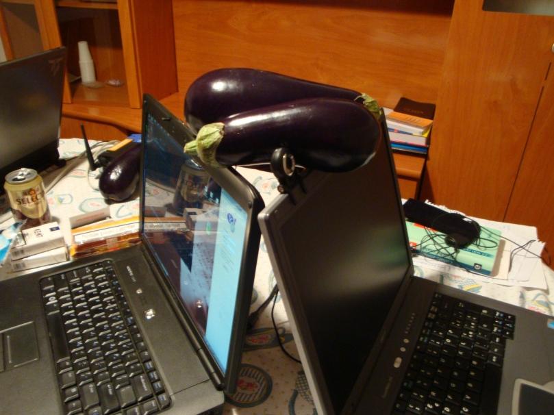 Cu vinetele pe sus şi cu netul pe laptop...
